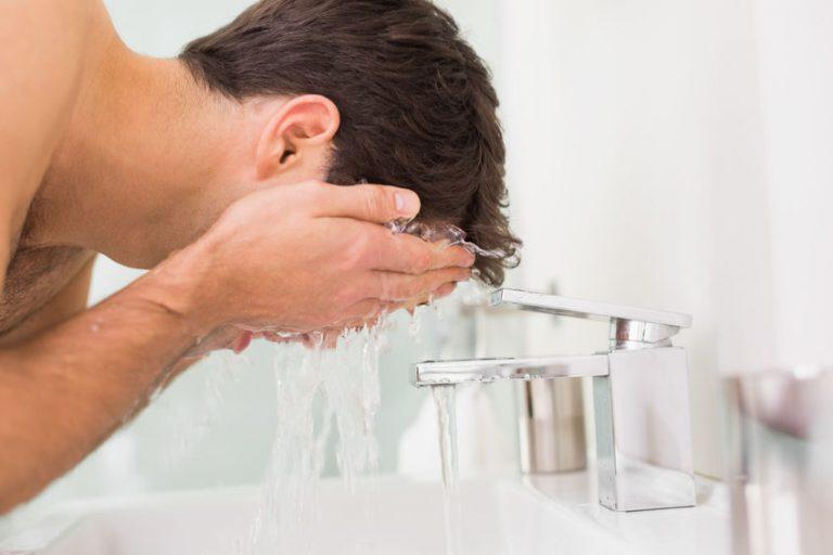 Hombre lavándose cara