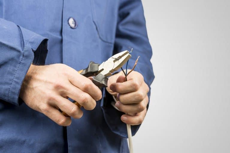 Un técnico arreglando un cable