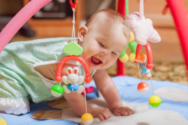Un bebé jugando