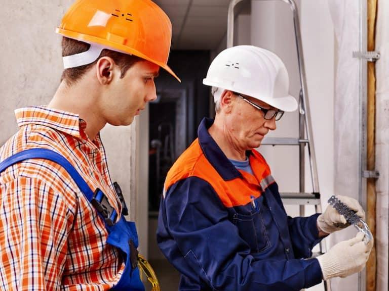 Dos hombres trabajando en una construcción