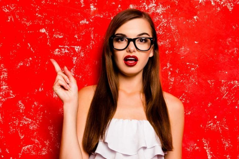 Mujer con benetitnt rojo