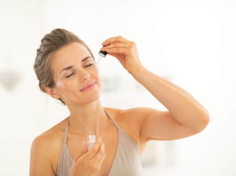 Aplicación de liquido en rostro