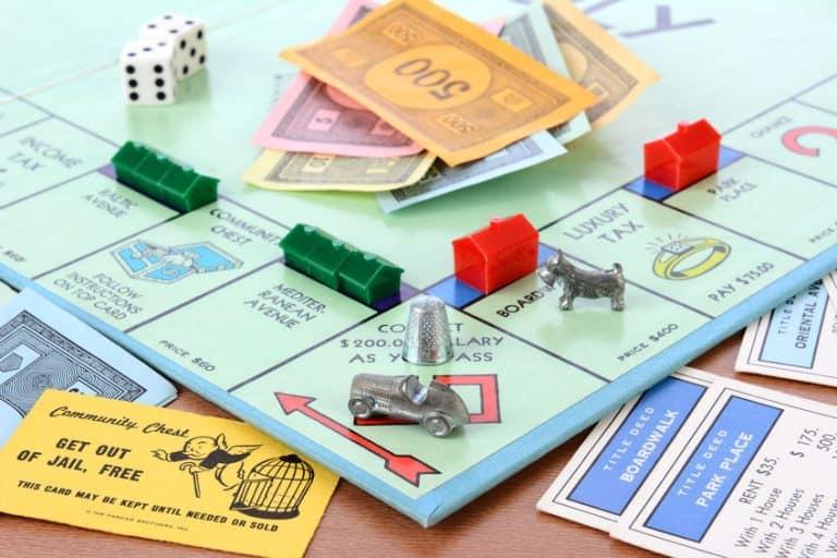 Juego de Monopoly con varias fichas