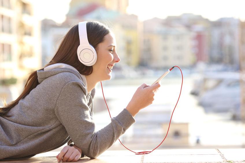 Mujer escuchando música