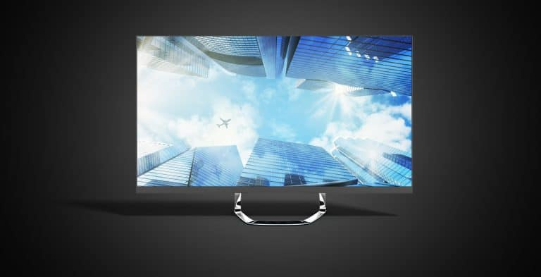 Monitor 4K en fondo negro