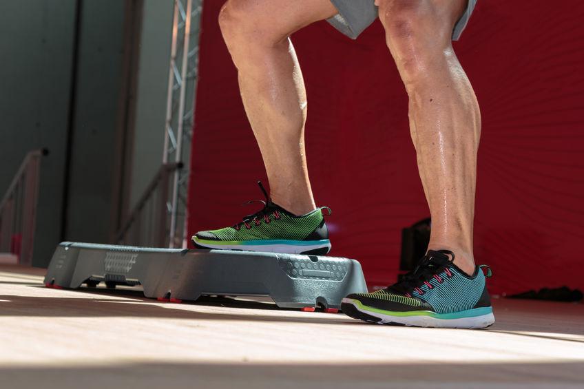 Imagen de hombre ejercitando sus piernas