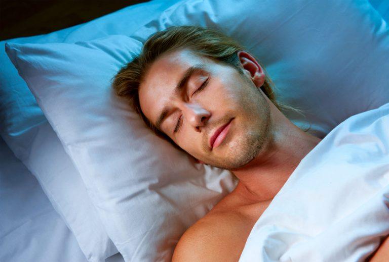 Hombre durmiendo boca arriba en la cama