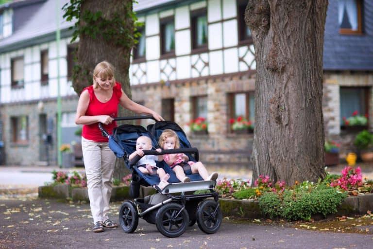 Mujer con hijos de paseo
