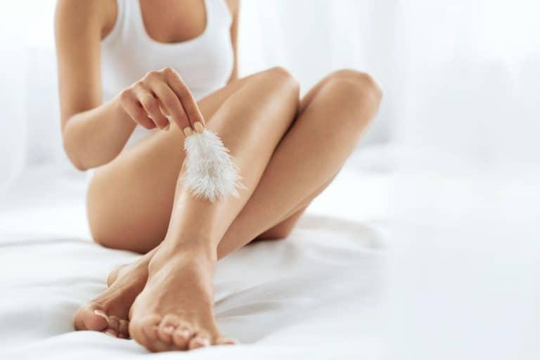 Una chica mostrando sus piernas