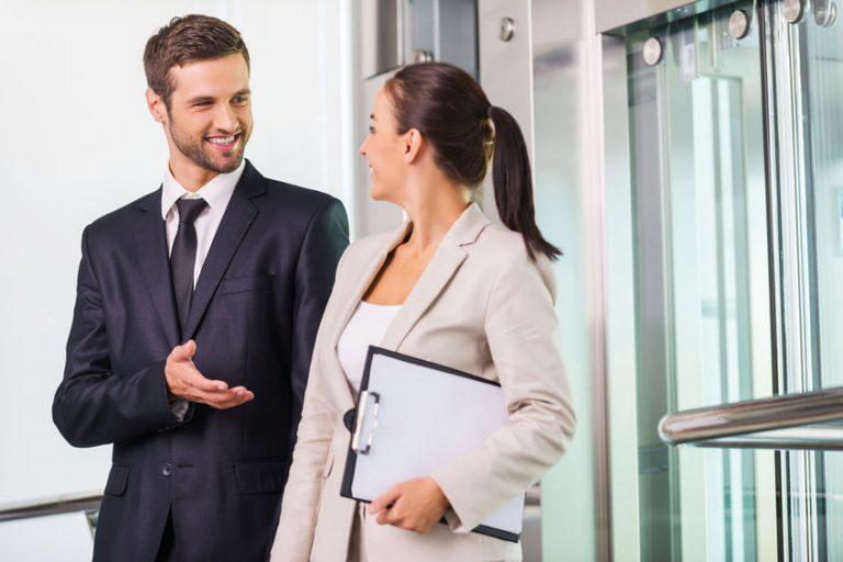 Hombre con corbata hablando con una mujer