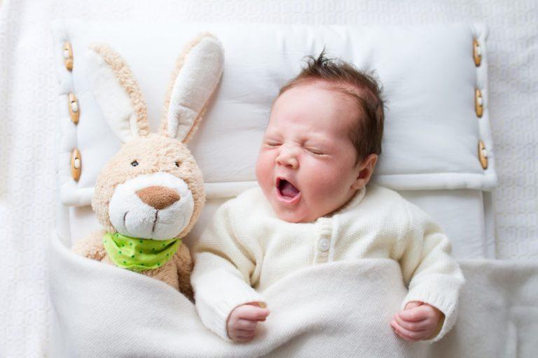 Un bebé con su muñeco