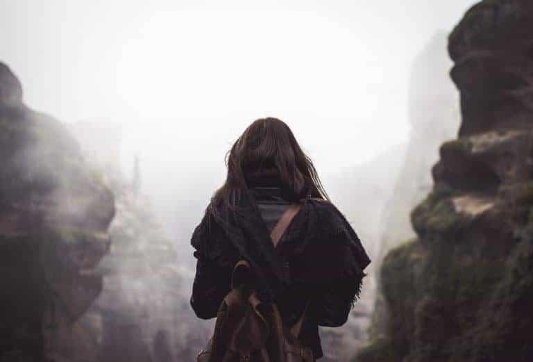 Mujer con mochila negra