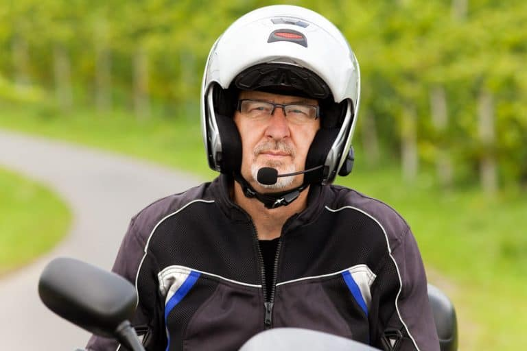 Casco de motociclista ajustado