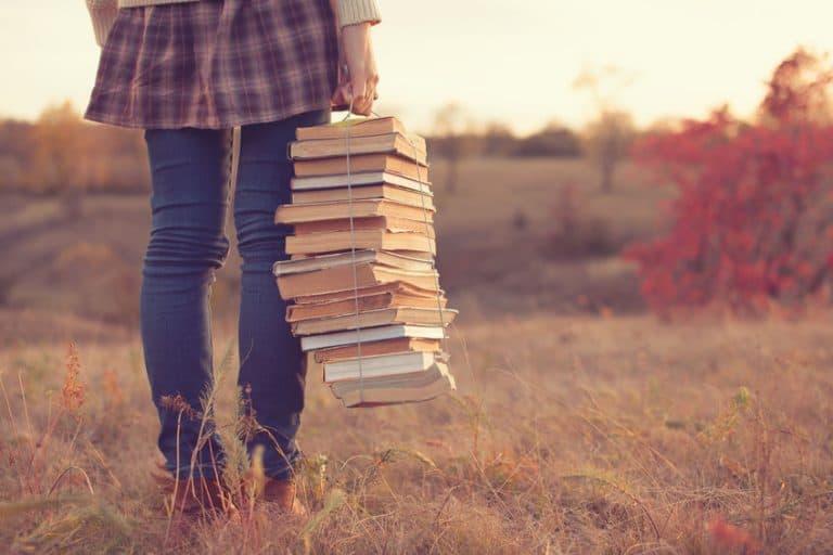 Mano sosteniendo libros
