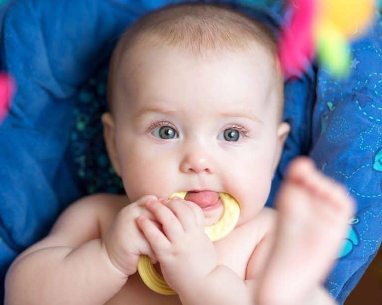 Bebé con mordedor