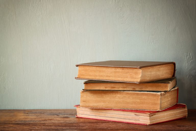 Rimero de libros antiguos