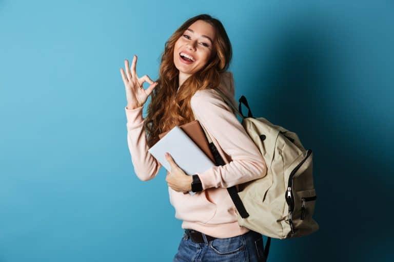 Mujer y su mochila