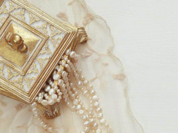 Cadena de perlas blancas