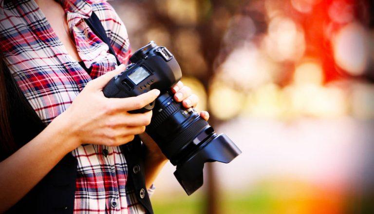 Mujer fotografiando a campo abierto