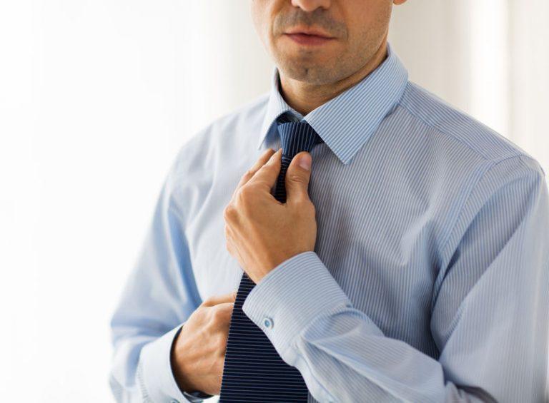 Hombre ajustándose una corbata