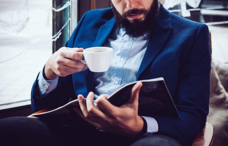 hombre leyendo comic