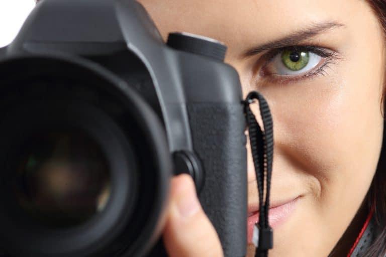 Mujer con cámara tipo evil