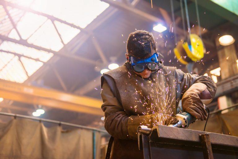 Un trabajador usando una amoladora
