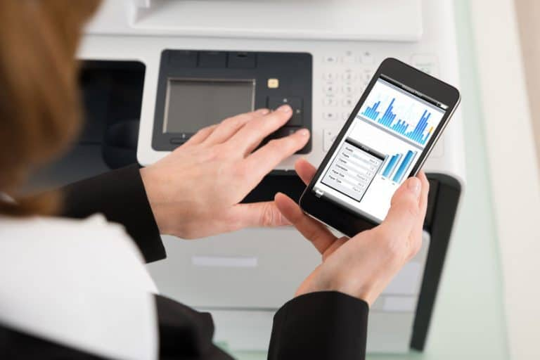 Mujer imprimiendo desde su celular