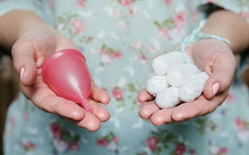 Mujer con tampones y copa menstrual