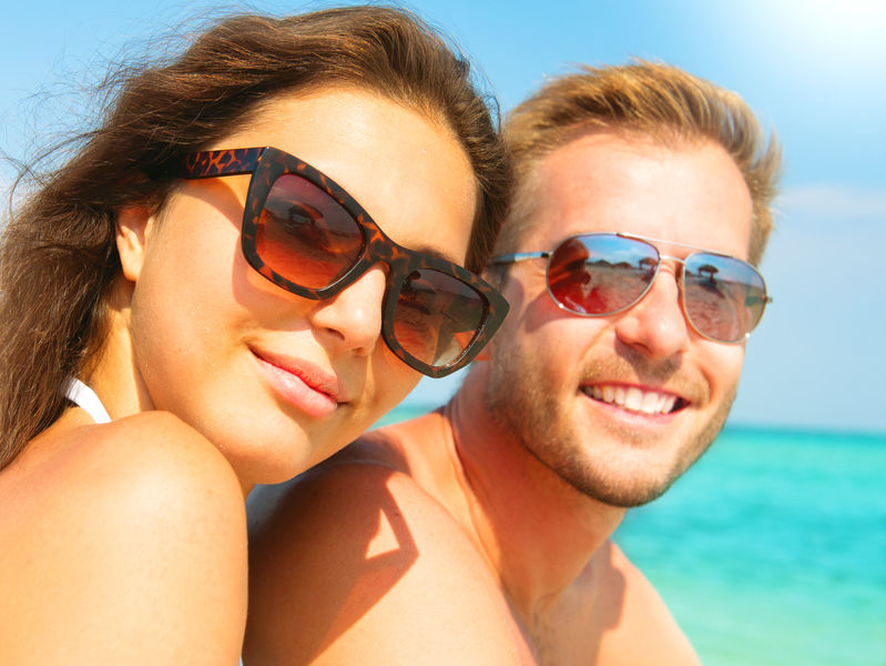 Una pareja con lentes de sol
