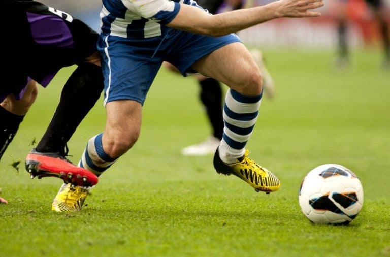 Jugadores de fútbol disputando el balón