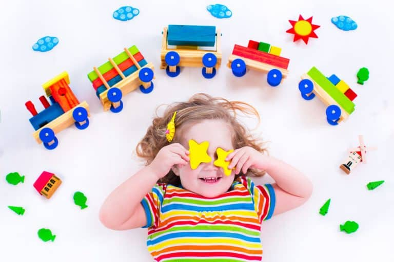 Una niña rodeada de juguetes