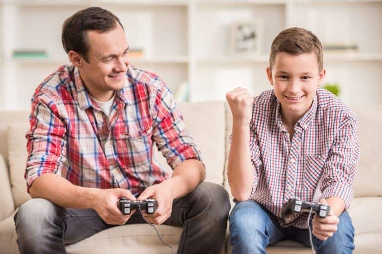 Dos chicos jugando play