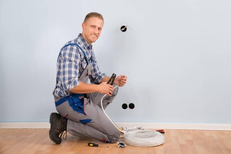 Un electricista trabajando con un detector