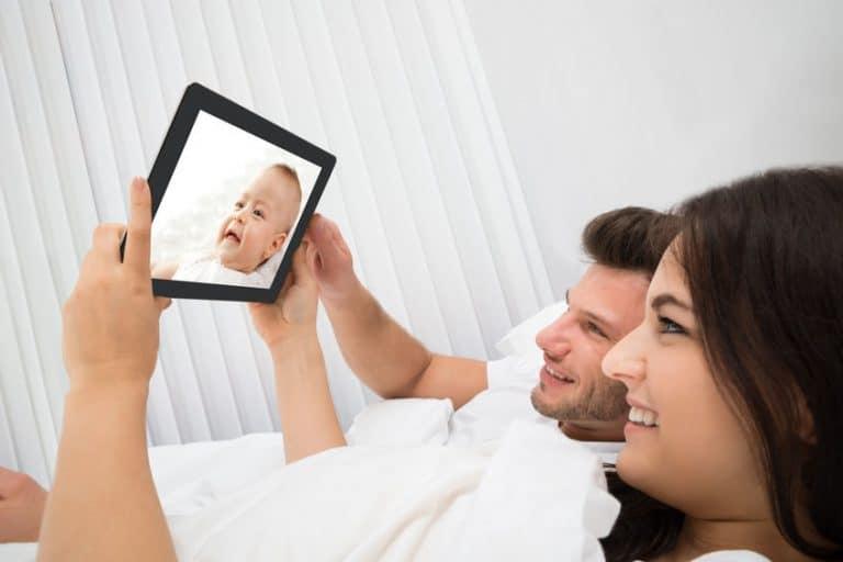 Padres viendo a su hijo