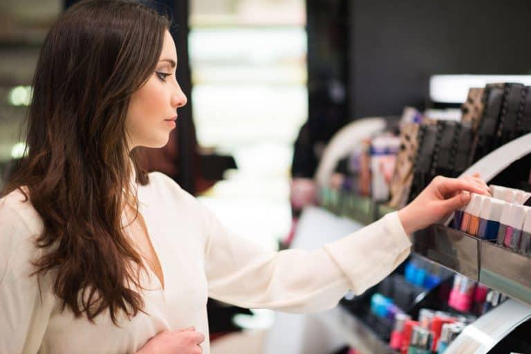 Una mujer eligiendo maquillaje en una tienda