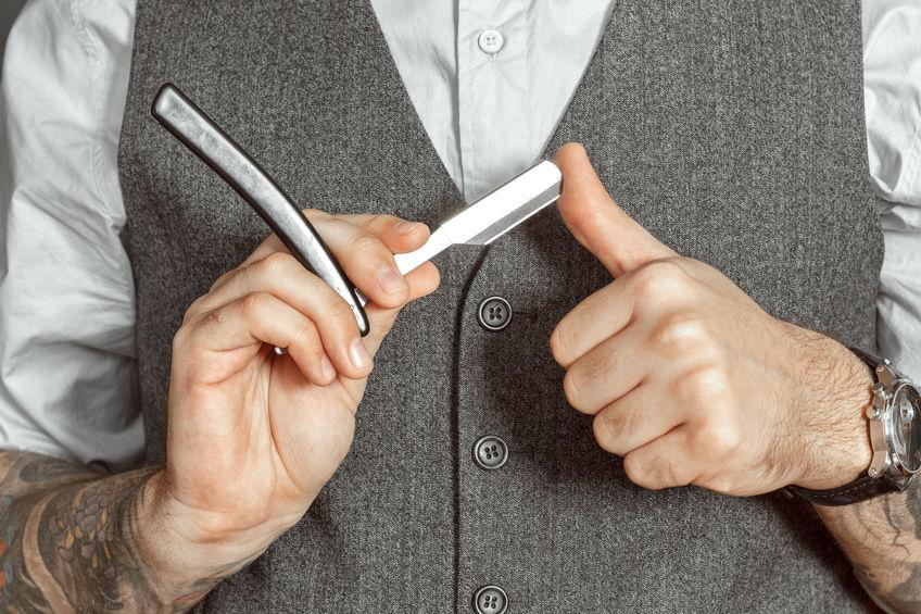 barbero con navaja de afeitar