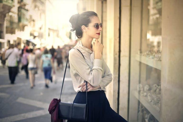 Mujer frente a tienda