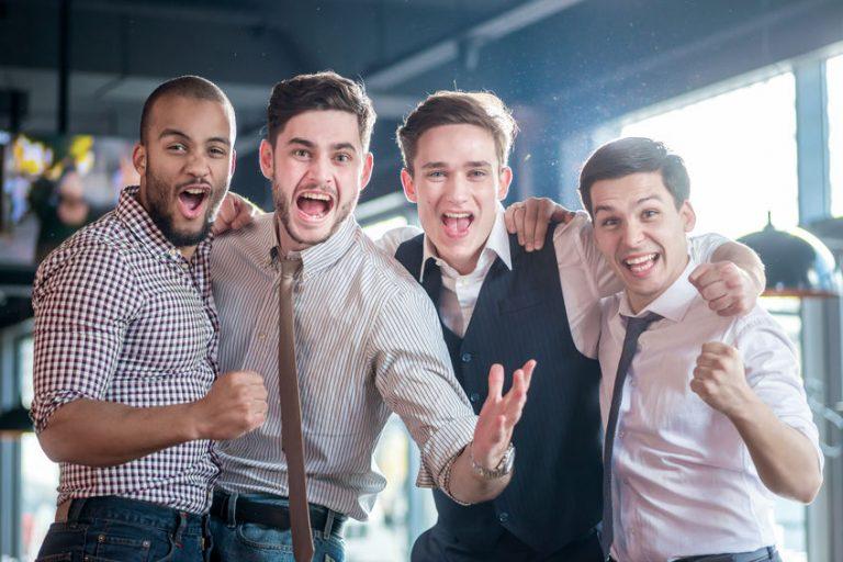 Varios hombres celebrando