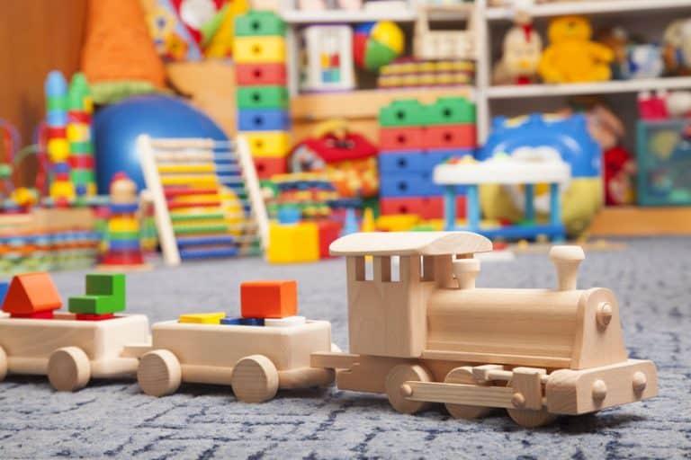 Diferentes juguetes de madera en el suelo