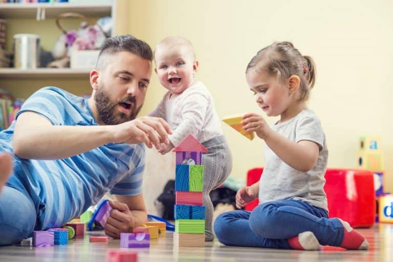Un padre jugando con sus dos hijos