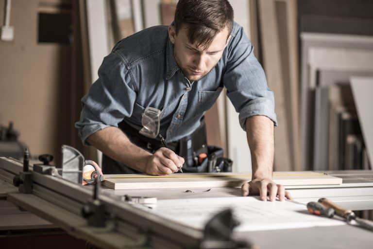 Cinta métrica y hombre trabajando