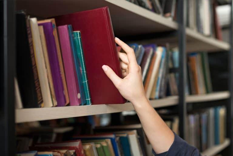Estantes llenos de libros