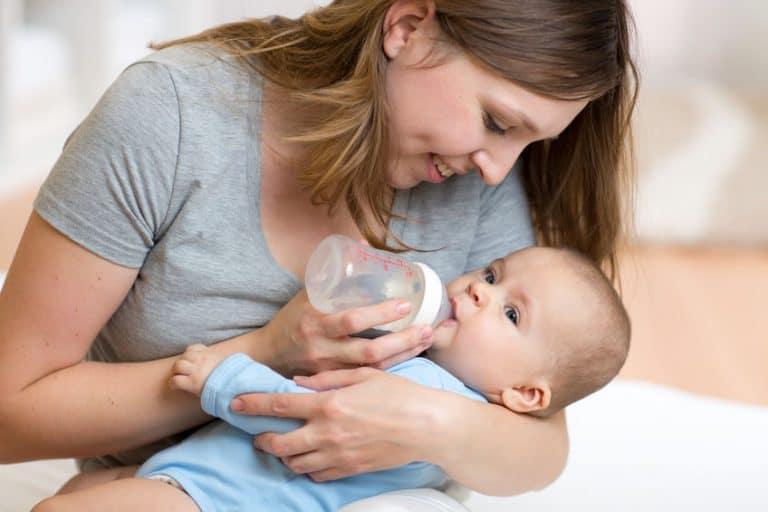 Madre alimentando a su bebé