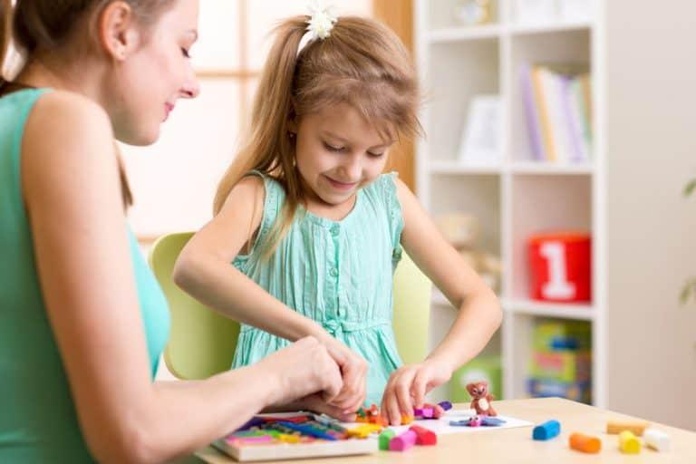 Una madre jugando con una niña