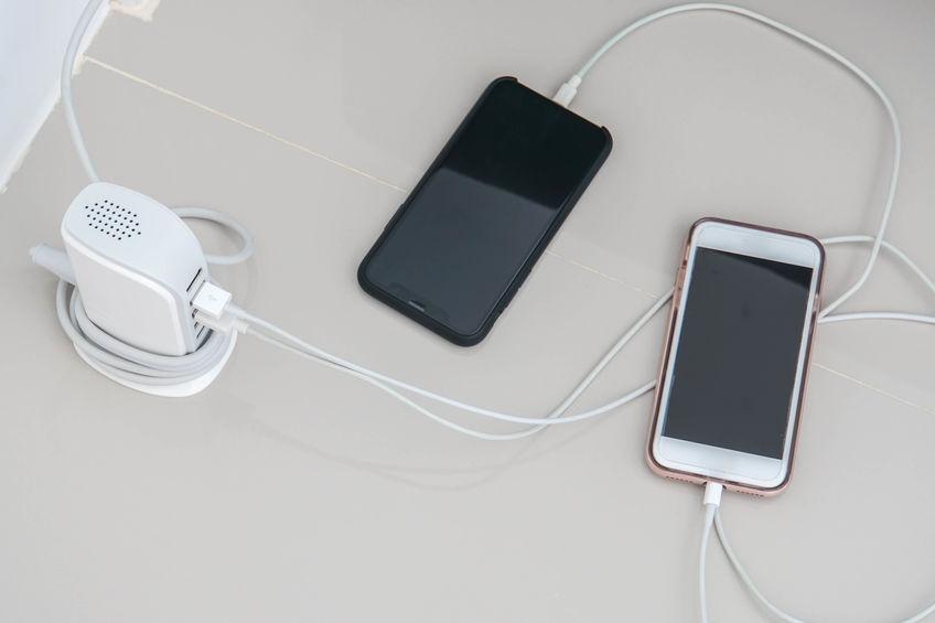 Smartphone conectado a un Hub-USB