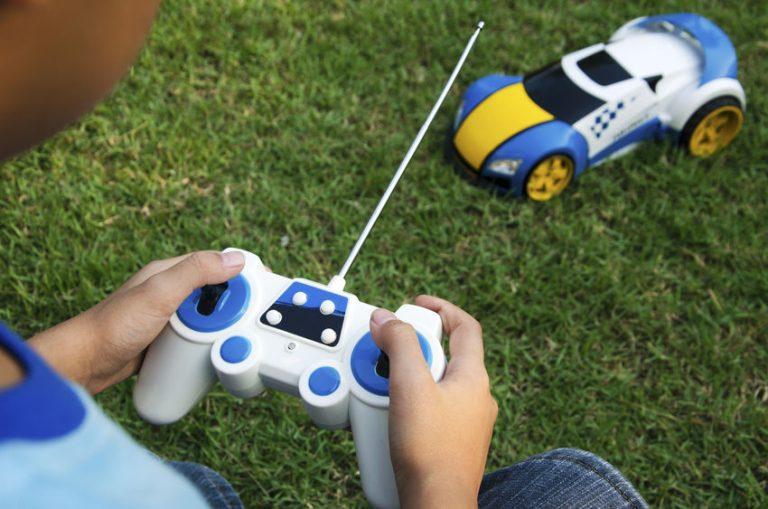 Niño con carro de juguete en su patio