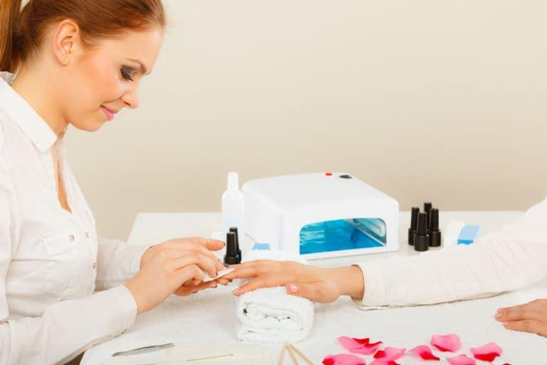 Una profesional haciendo las uñas a una chica