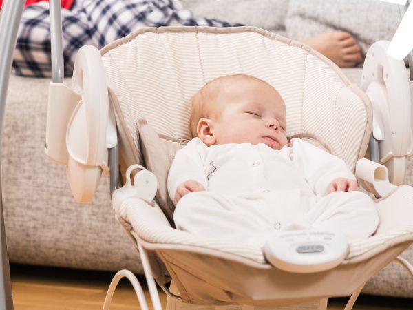 bebé-durmiendo-en-columpio