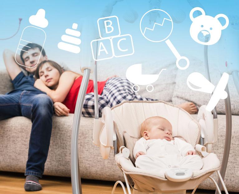 Padres cansados después de cuidar a bebé